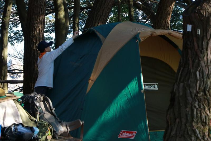 テントの張り方も学びます